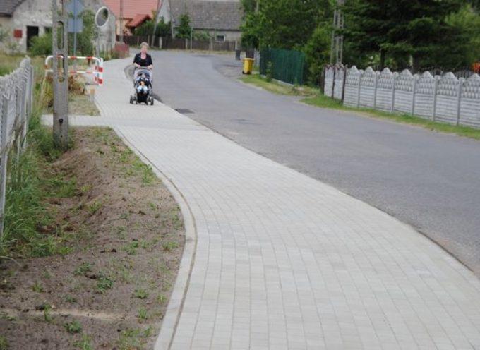 Nowym chodnikiem przez Świecę