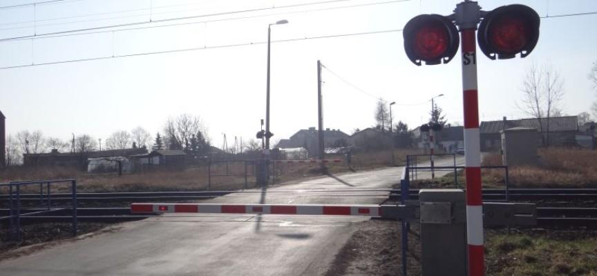 O włos od tragedii – tir utknął na przejeździe kolejowym