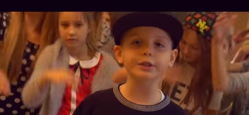 """Uczniowie kaliskiej """"dwójki"""" i hit internetu"""