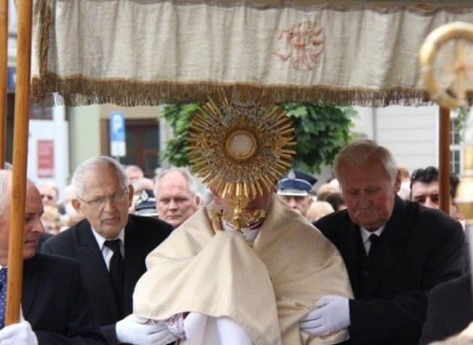 Tłumy uczestniczyły w procesji Bożego Ciała