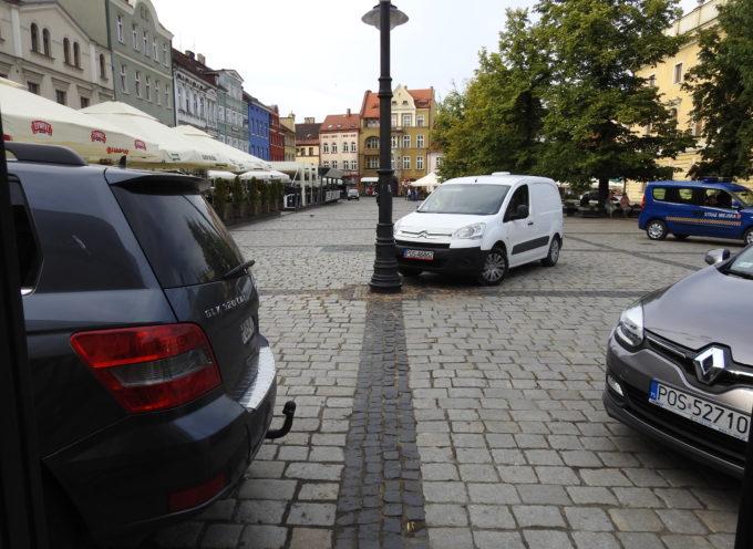 Rynek nadal królestwem samochodów – radny obiecywał buforowe parkingi
