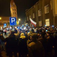 Liczne protesty pod ostrowskim i kaliskim sądem