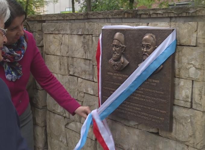 Odsłonięcie tablicy pamiątkowej poświęconej Israelowi Meirowi Freimannowi i Aronowi Freimannowi