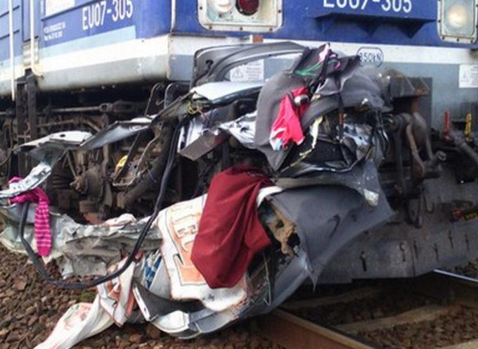 Trzy osoby zginęły na przejeździe kolejowym