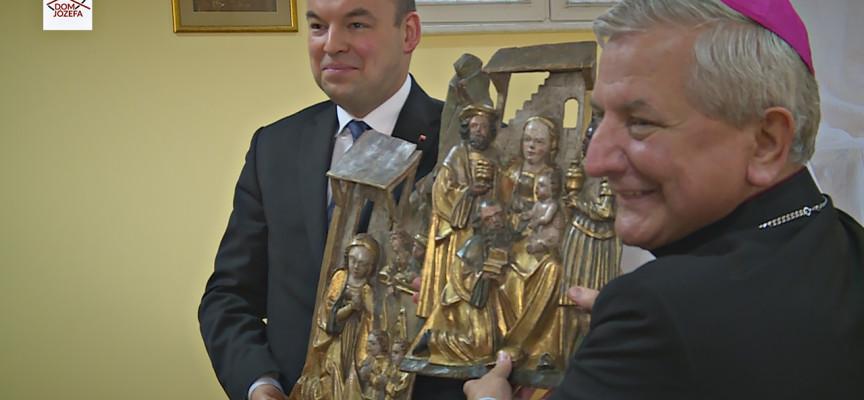 Odzyskane XVI wieczne płaskorzeźby wróciły do Diecezji Kaliskiej