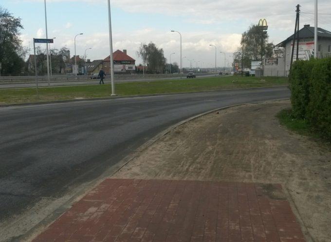 Zmodernizowane skrzyżowanie i niedokończony chodnik w  ul. Nowa Krępa