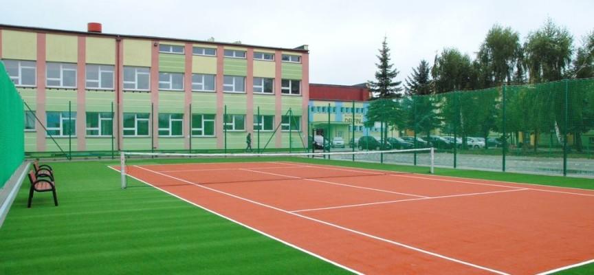 Kolejna szkoła powiatowa ma kompleks boisk i kort