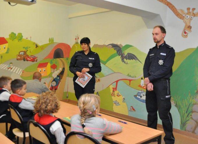 Policja zaprasza dzieci do sali edukacyjnej