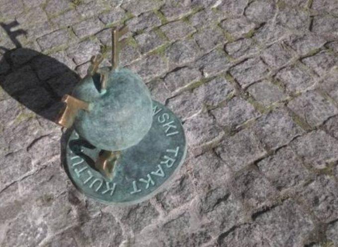 W Ostrowie dobrze jest patrzeć pod nogi – jabłka na Trakcie Kultury